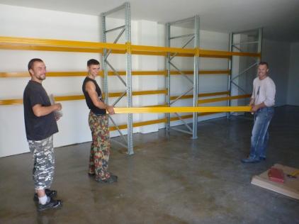 Kolegové připravují skladovací prostor pro nové listy pádel.