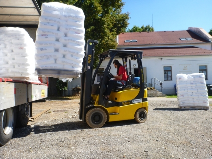 Velká zásilka plastového granulátu k nám dorazí několikrát do roka.