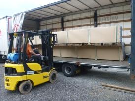 Nezbytnou podmínkou plynulé výroby je dostatečná zásoba (nejen duralových) trubek. Několikrát do roka jich k nám dorazí celý kamion.